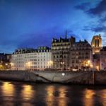 Quai de Seine à Paris de nuit